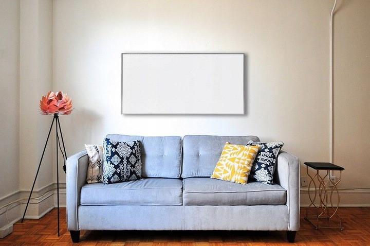 Promiennik podczerwieni zamontowany nad kanapą