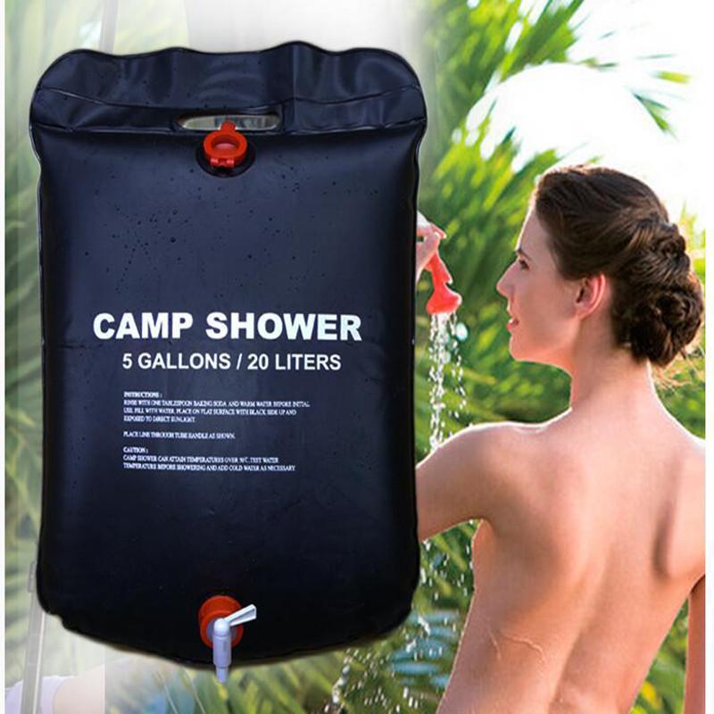 Prysznic turystyczny na tle kąpiącej się kobiety