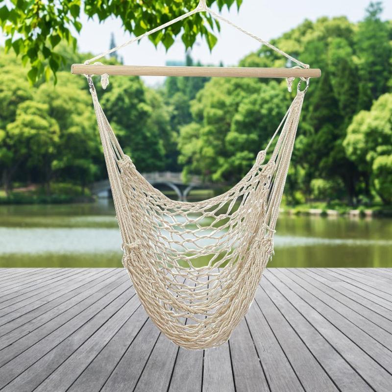 Hamak krzesło brazylijskie na tle ogrodu