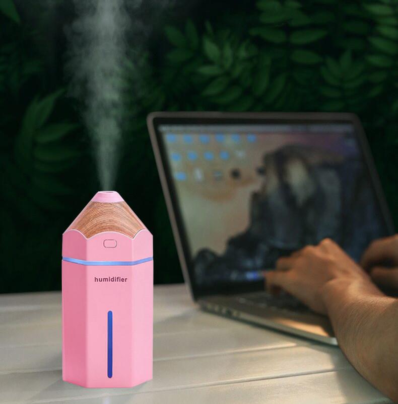 Różowy nawilżacz powietrza Pencil Cronos na biurku