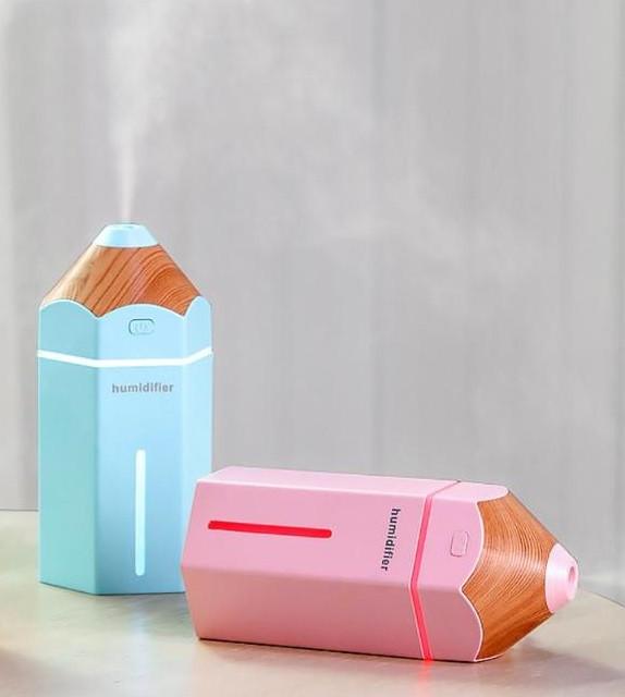 Niebieski i różowy nawilżacz powietrza Pencil Cronos na stole