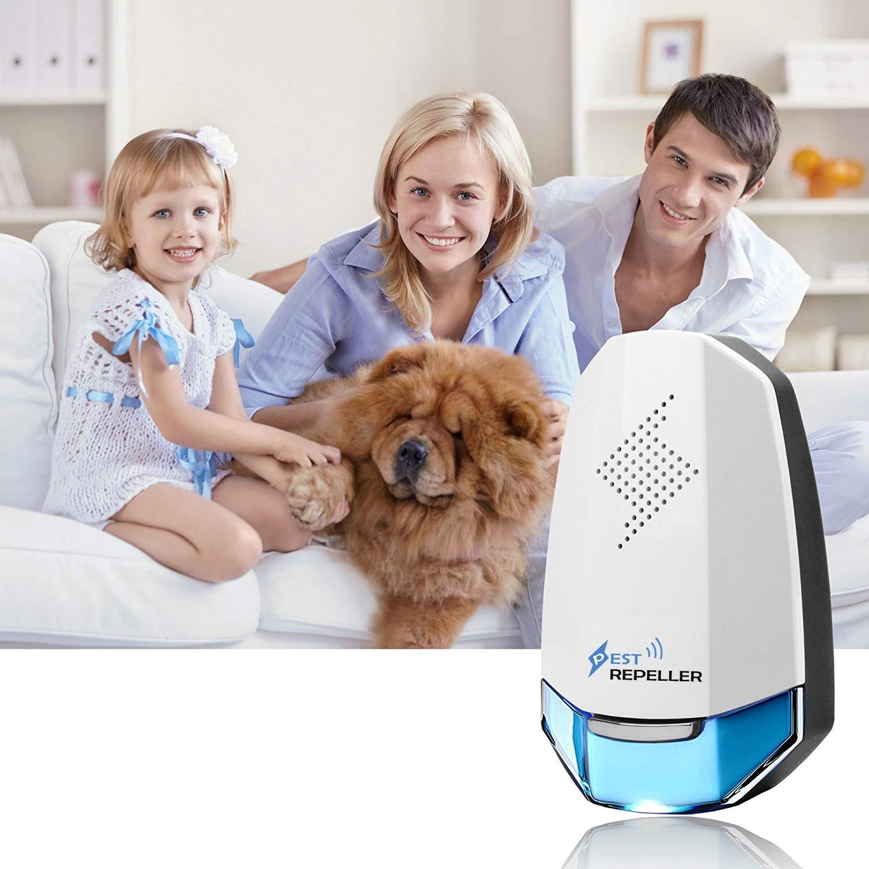 Odstraszacz na myszy niebieski na tle siedzącej na kanapie rodziny z psem