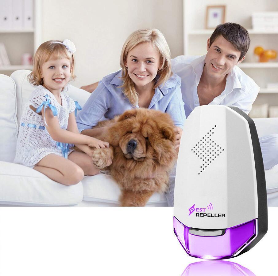 Odstraszacz na myszy fioletowy na tle siedzącej na kanapie rodziny z psem