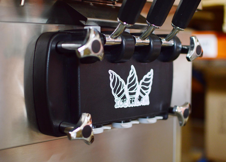 Zbliżenie na przód maszyny do lodów włoskich marki Sonoro