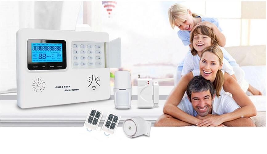 Alarm RED III w zestawie na tle szczęśliwej rodziny