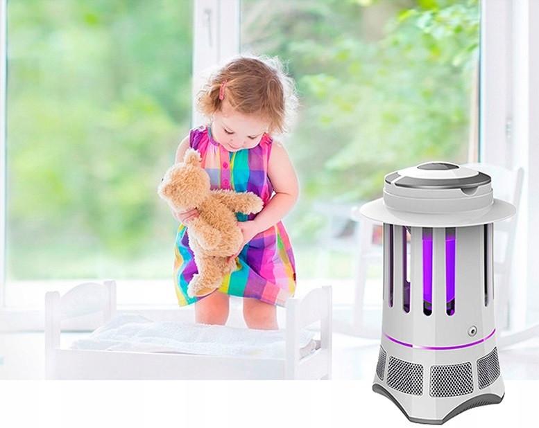 Lampa owadobójcza QT-9 i w tle małe dziecko
