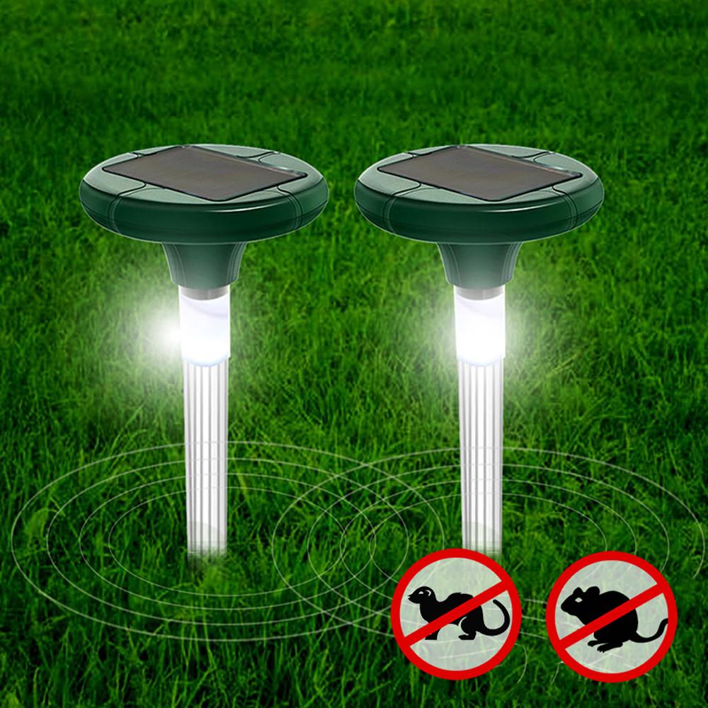 Odstraszacz na krety wbity w trawnik