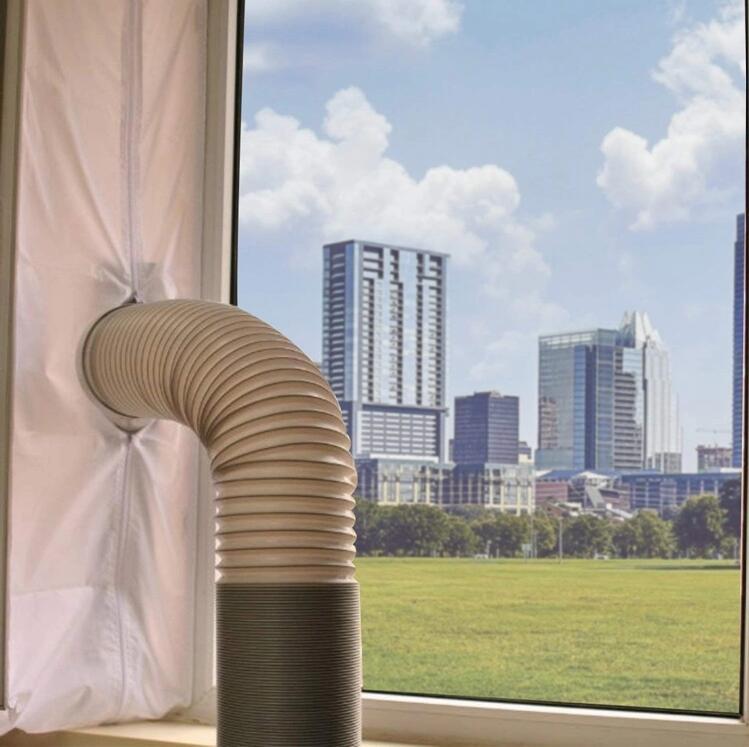 Rura od klimatyzatora wychodząca przez otwór w uszczelce okiennej
