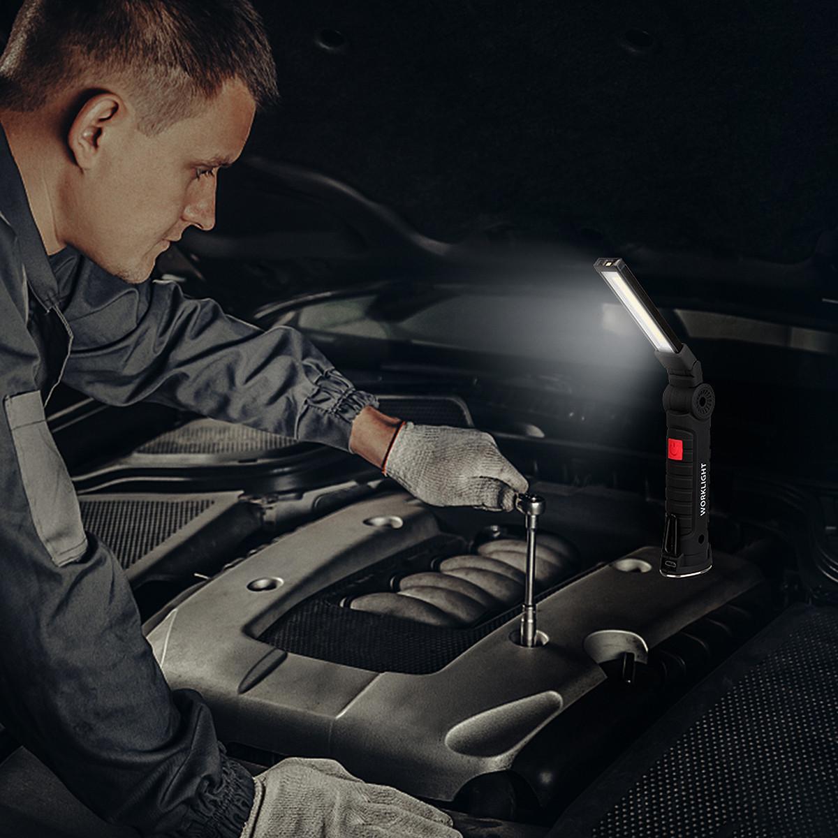 Lampa warsztatowa Heckermann postawiona na części silnika