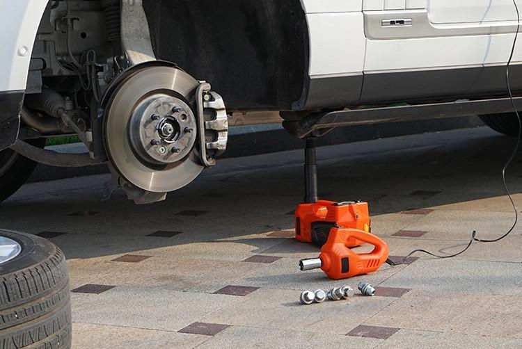 Podnośnik samochodowy lewarek i klucz automatyczny w użyciu