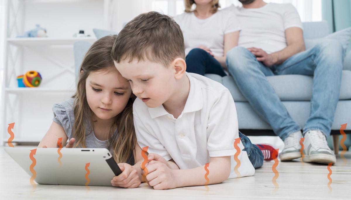 Grafenowa folia grzewcza na podczerwień pod podłogą, na której siedzą dzieci