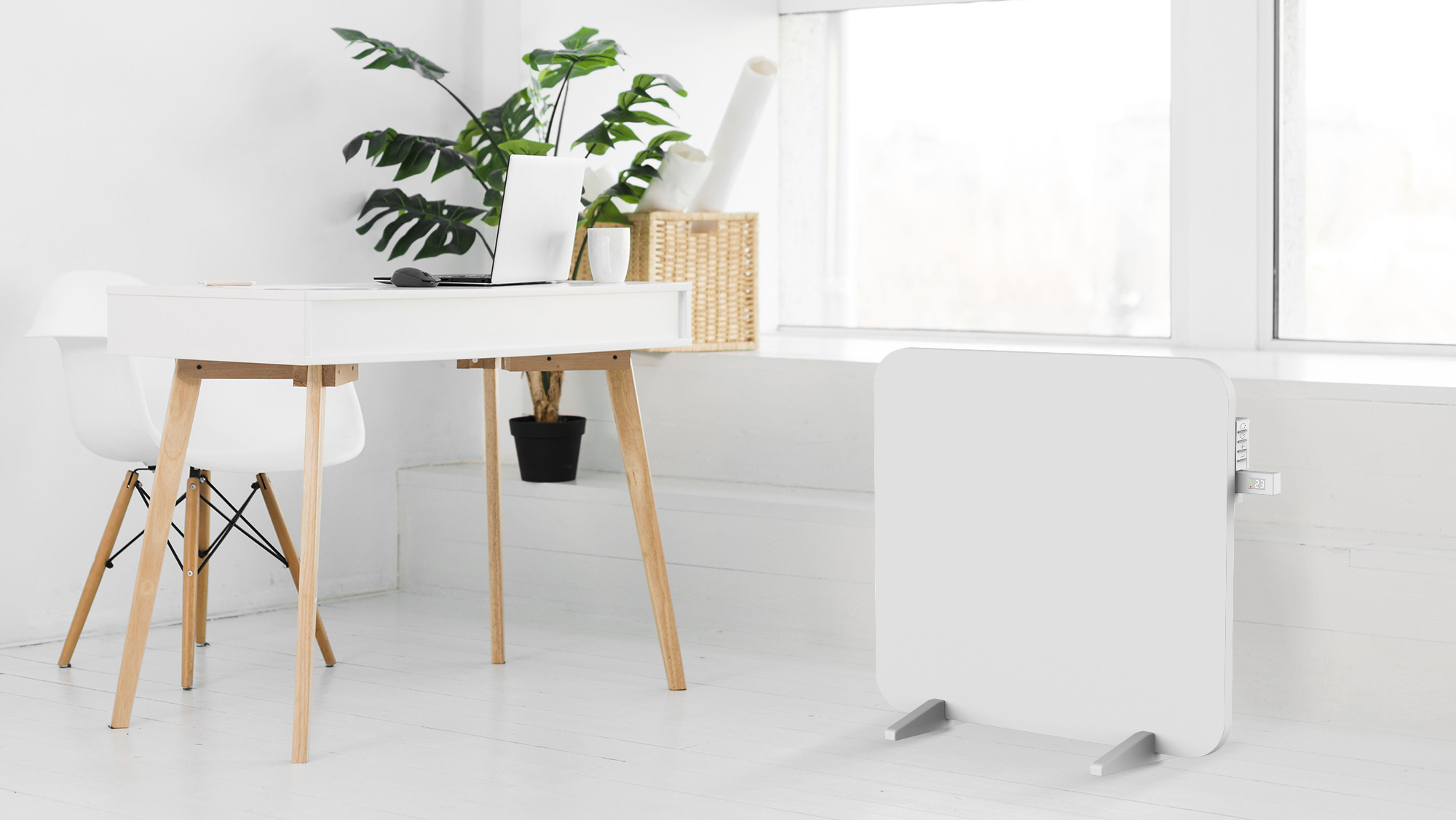 Promiennik podczerwieni Cronos Titanium stojący przy biurku w pokoju