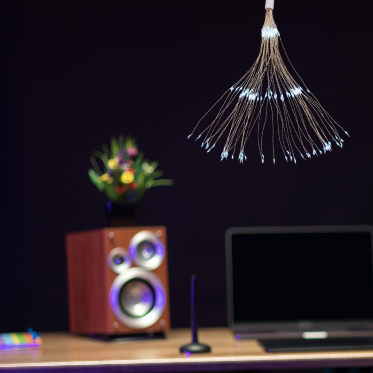 Lampki świąteczne fajerwerki powieszone w pokoju