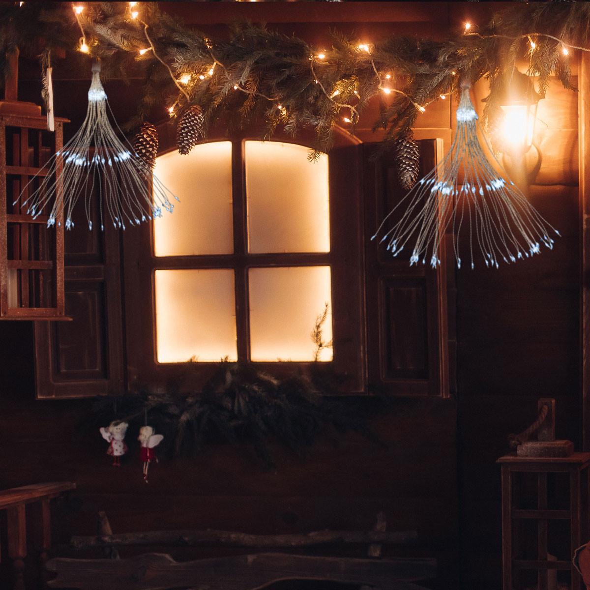 Lampki świąteczne fajerwerki na tle domu