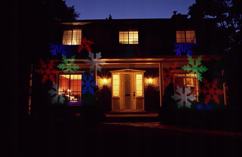 Dom, na którym pokazują się kolorowe śnieżynki