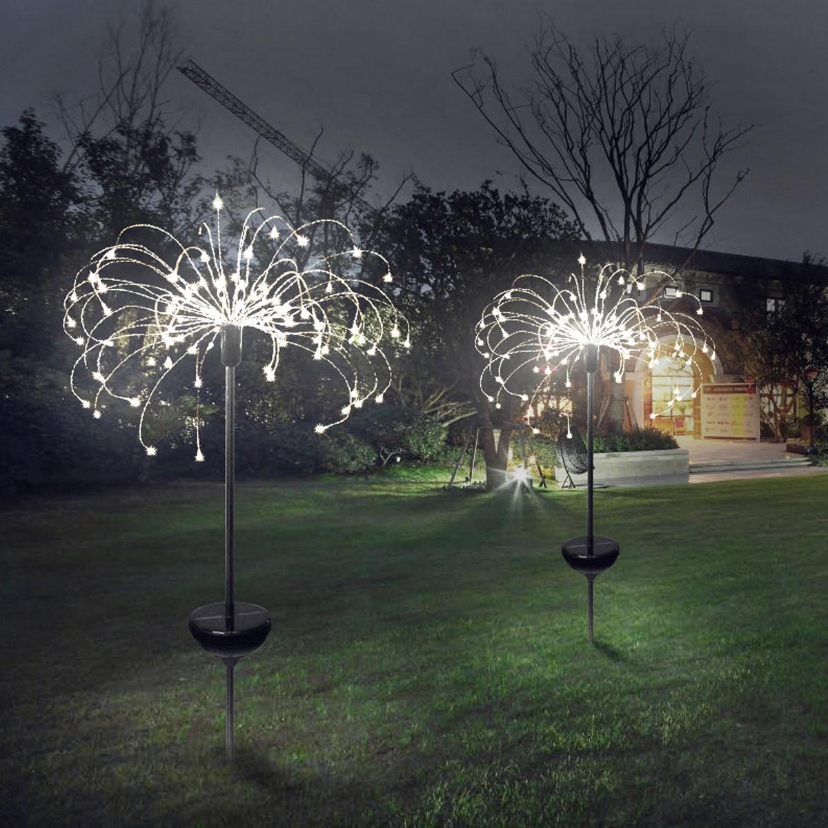 Lampki LED fajerwerki w ogrodzie