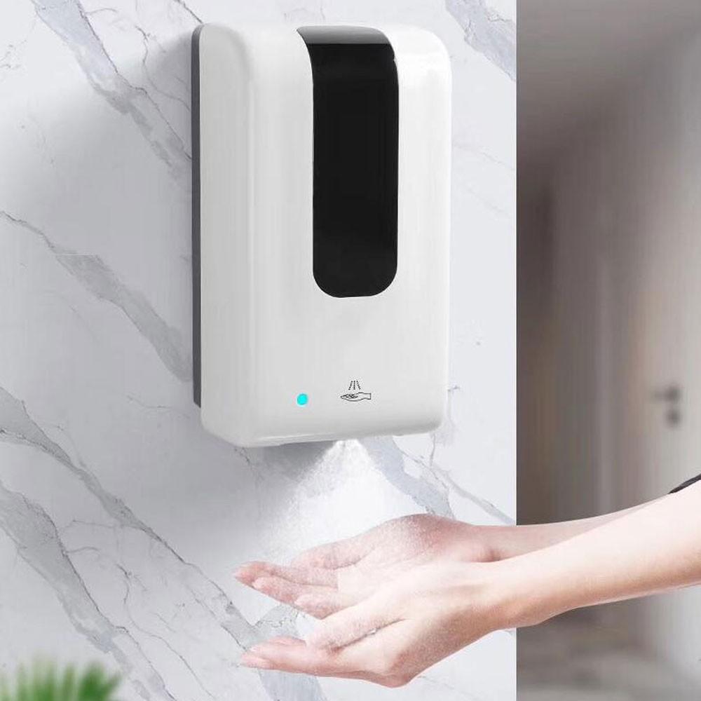 Dozownik do mydła przymocowany do ściany z kafelek