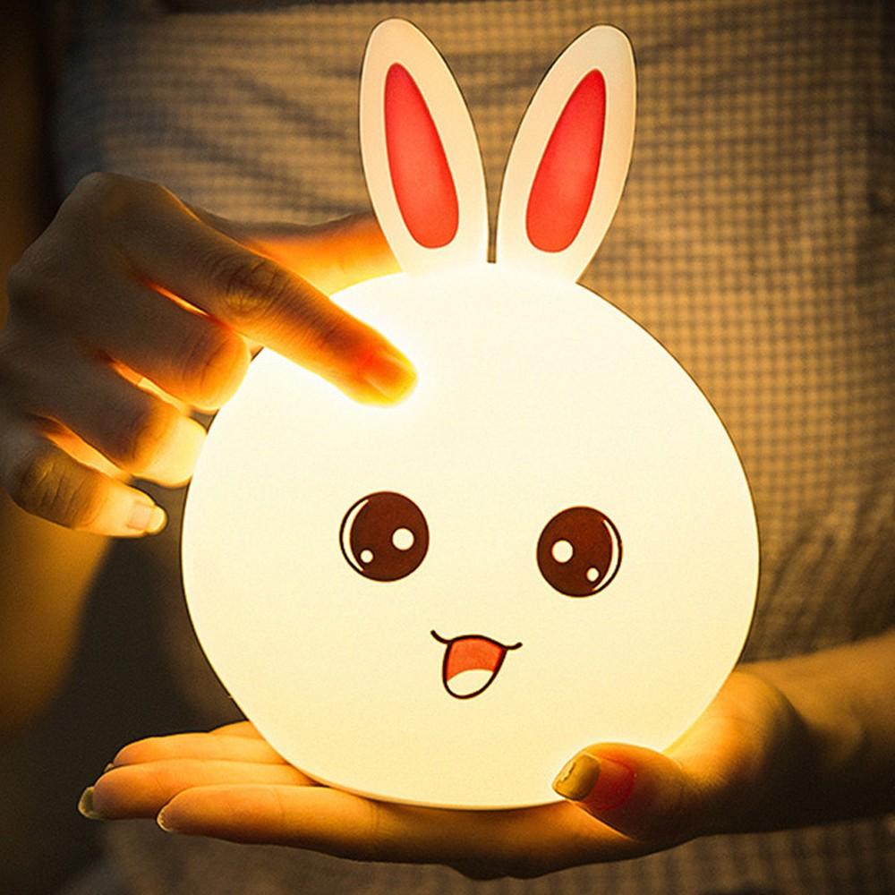 Włączona lampa LED Bunny w kobiecych rękach