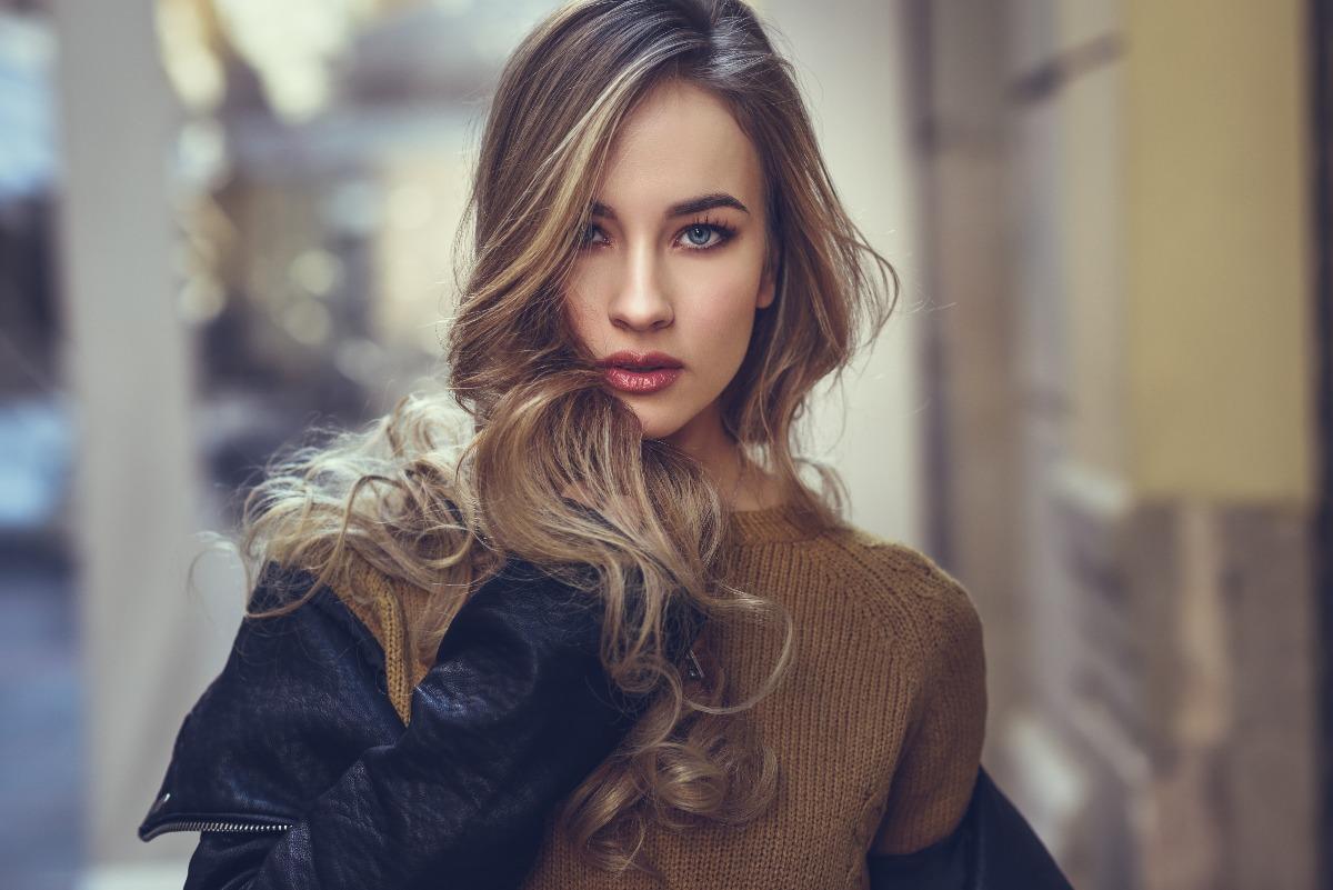 Kobieta ma lśniące włosy