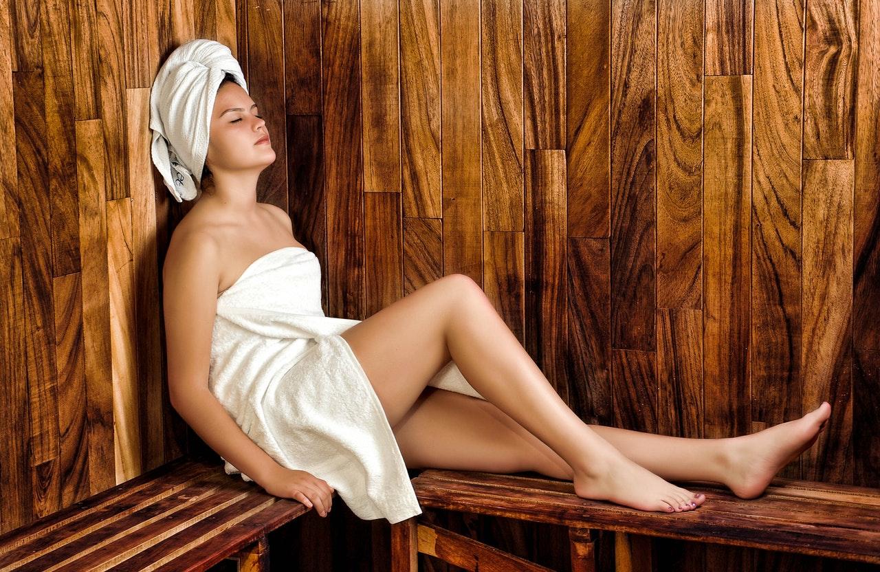 Jak zrobić saunę - kobieta podczas saunowania