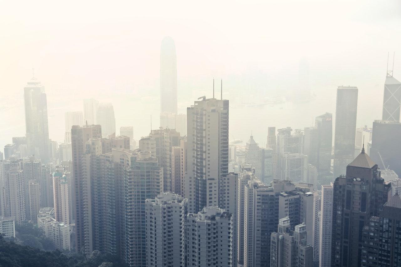 miasto zasnute smogiem - oczyszczacz o otwarte okno
