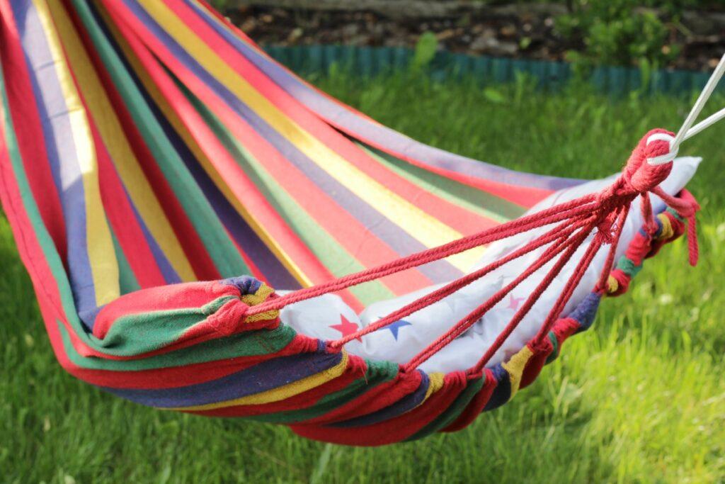 Kolorowy hamak w ogrodzie