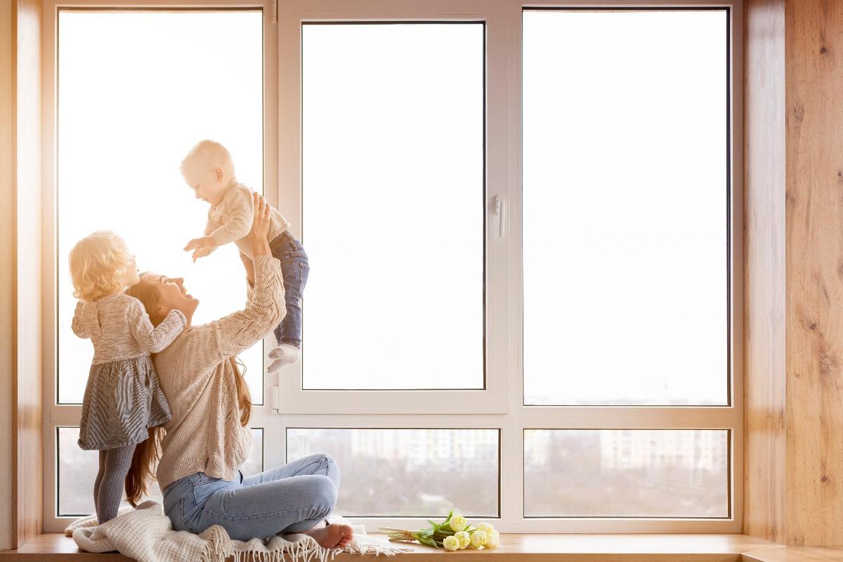 Dom bez smogu wnętrze kobieta z dziećmi