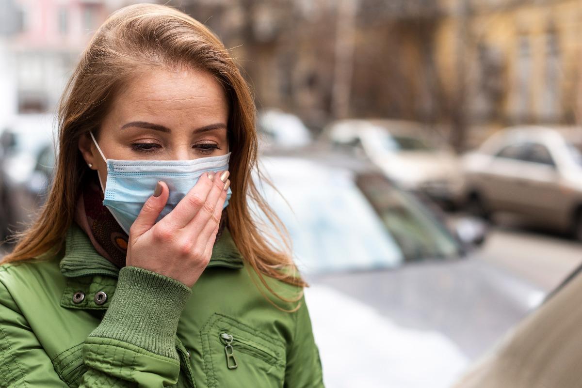 Kobieta zastanawia się, czy oddychanie przez usta jest szkodliwe?