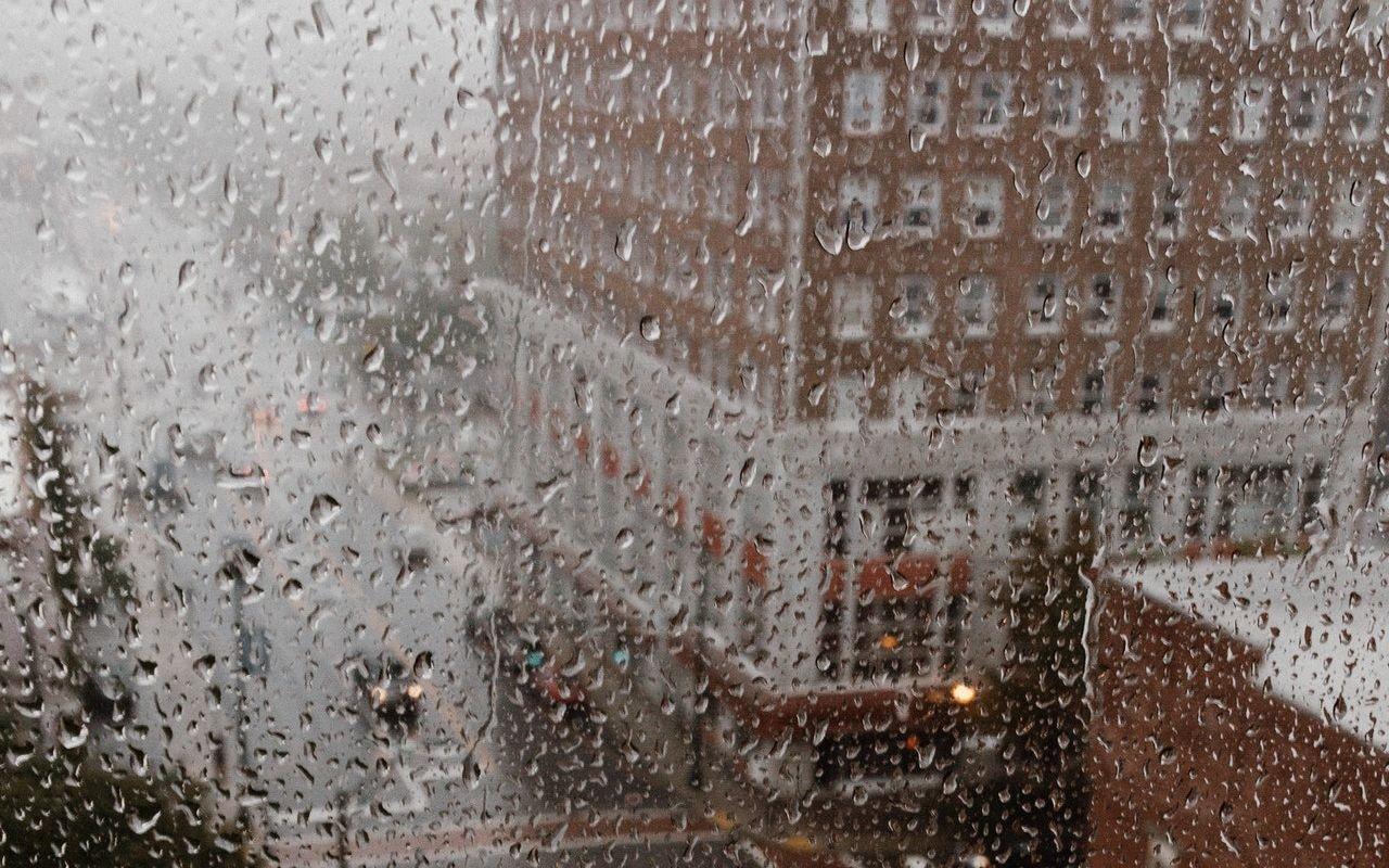 Deszczowy dzień w mieście - co zagraża zdrowiu