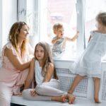 Kobieta z dziećmi w pokoju zastanawia się, jak ochłodzić pokój