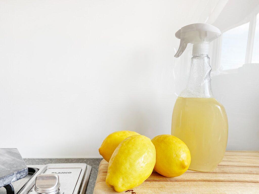 Ocet i cytryny jako sposób na muszki owocówki