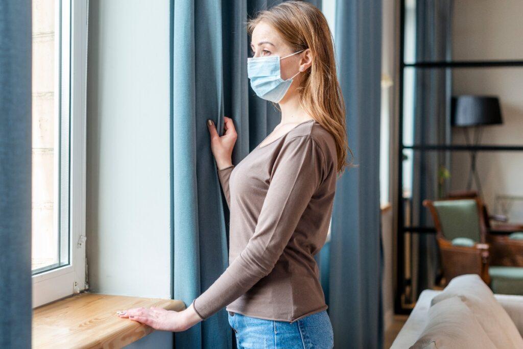 Kobieta w masce myśli o ozonowaniu i koronawirusie