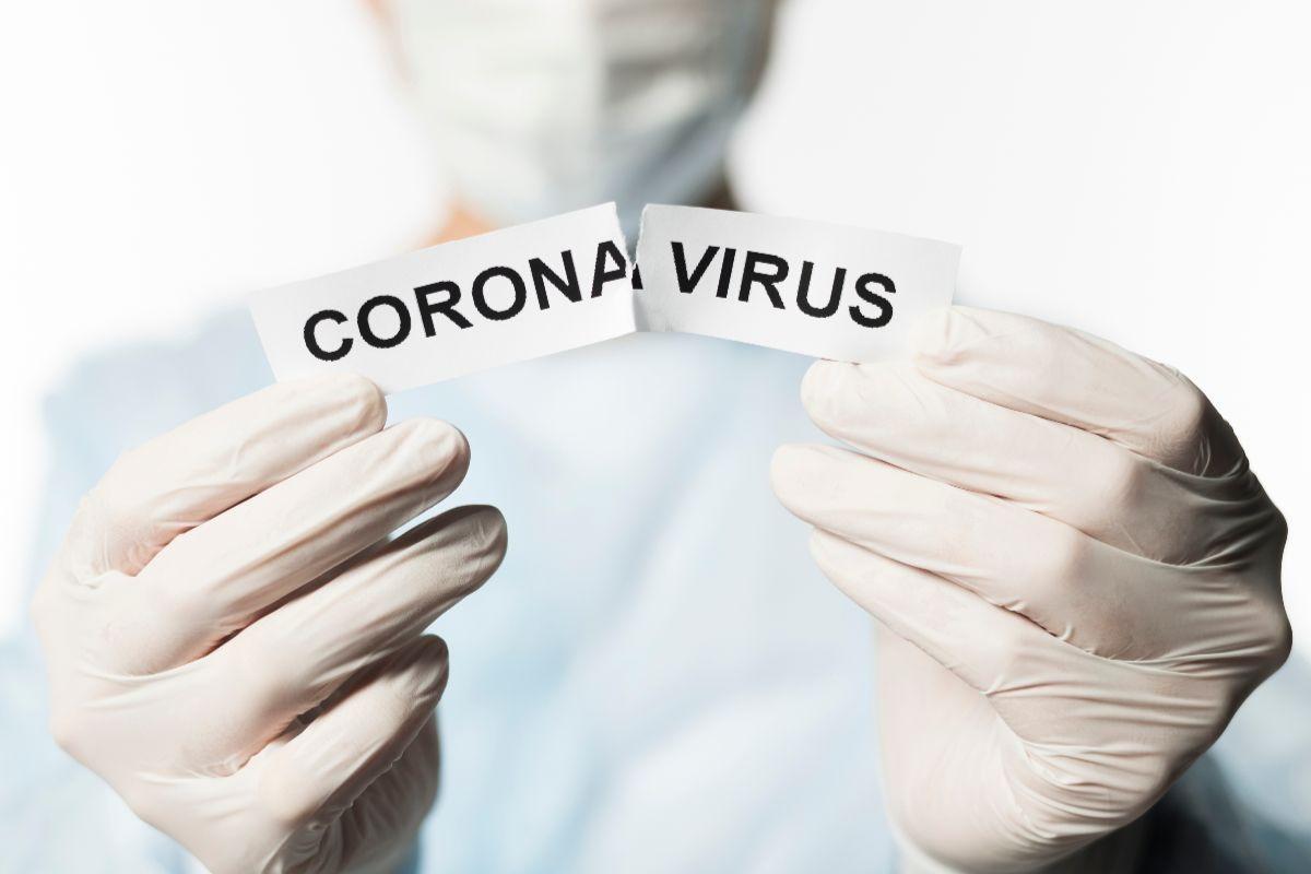 Ozonowanie koronawirus - lekarz z kartką w ręce