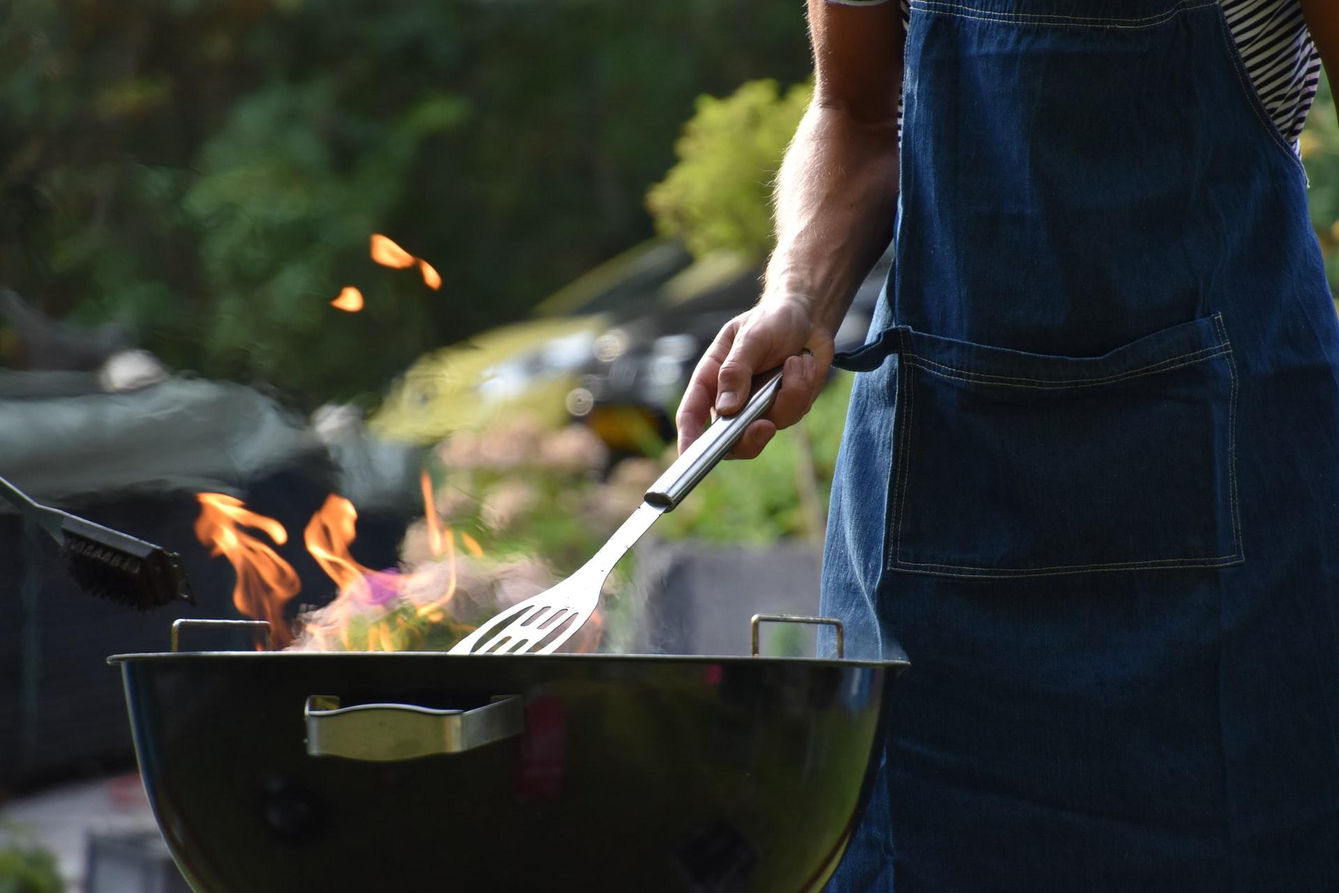 Rozpalanie grilla węglowego