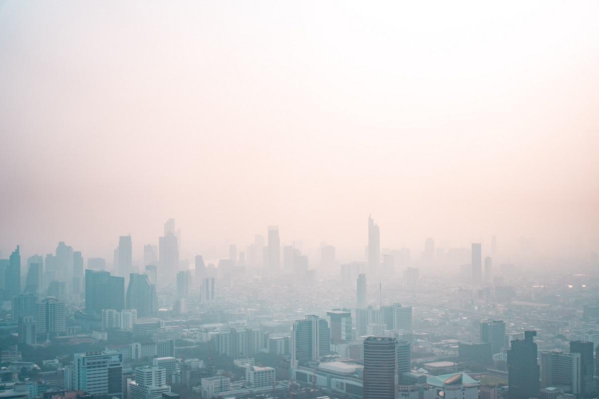 Zanieczyszczone powietrze nad miastem