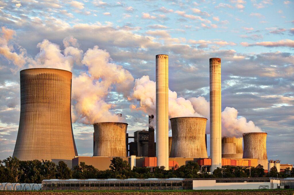 Zanieczyszczenie powietrza dymem z kominów fabryki