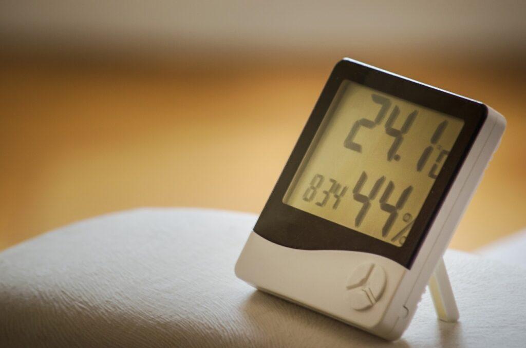 Higrometr pokazujący nawilżenie powietrza w pokoju