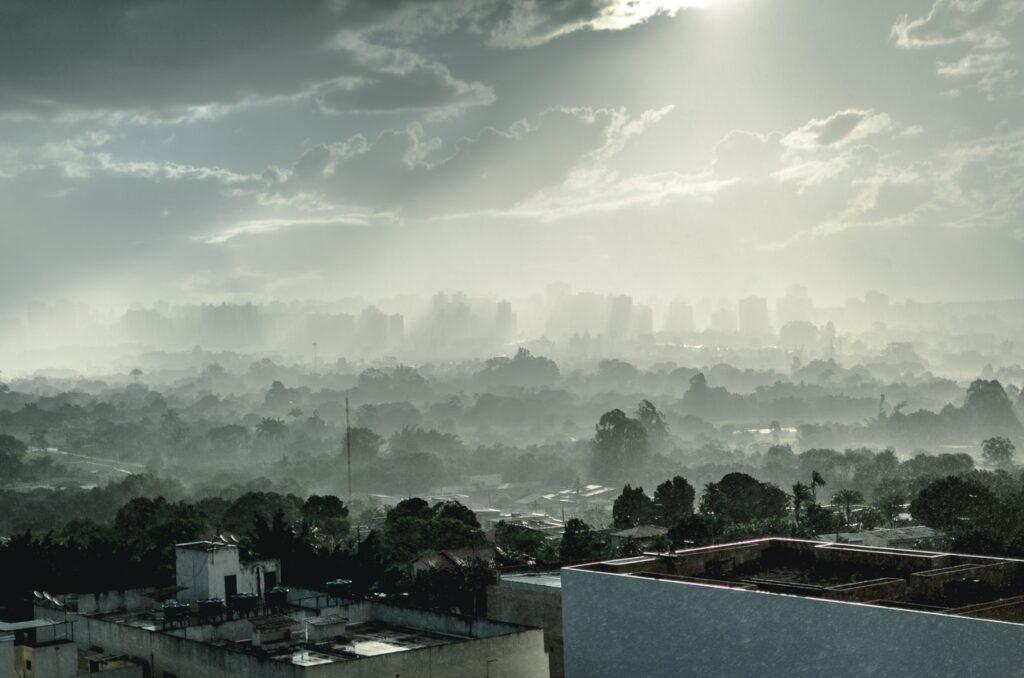 Zanieczyszczenie powietrza w postaci chmury smogu wiszącego nad miastem