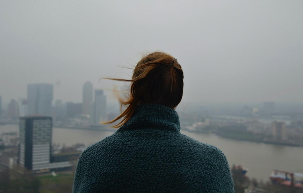Kobieta patrzy na skutki zanieczyszczeń powietrza