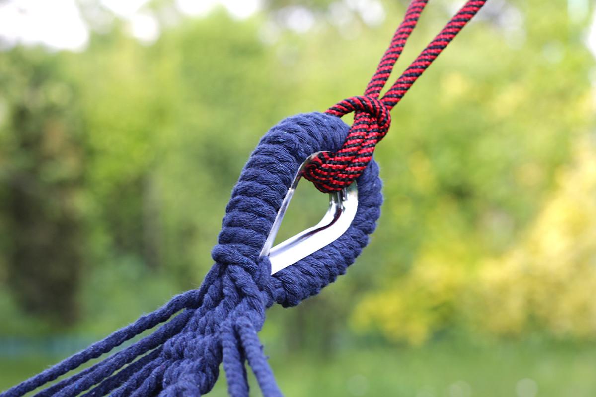 Zbliżenie na sposób zawieszenia hamaka ogrodowego