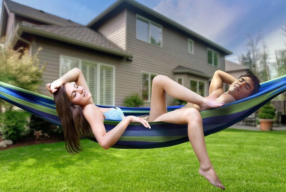 Dwie osoby leżą na hamaku ogrodowym